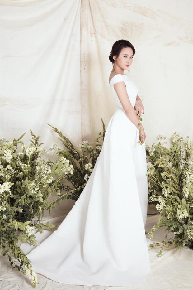 Bên cạnh các thiết kế ren, voan sử dụng nhiều họa tiết, những chiếc váy trắng trơn tinh giản, chú trọng vào đường cắt cúp và dựng phom cũng rất được lòng bạn gái trong mùa cưới thu, đông năm nay.