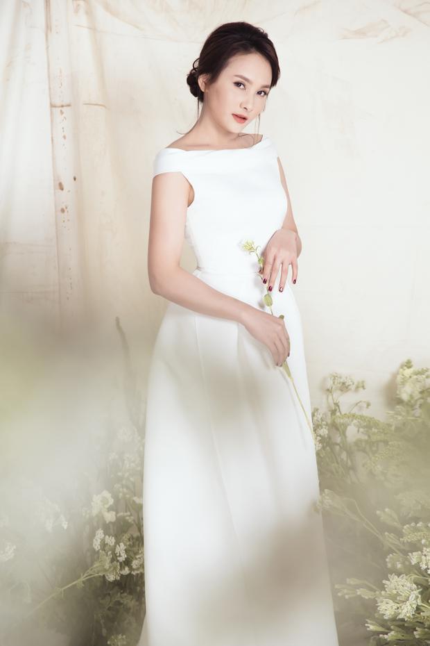 Khi mặc những loại váy này, Bảo Thanh gợi ý kiểu tóc nên được làm đơn giản, chủ yếu là bới gọn để giữ được tổng thể tao nhã.