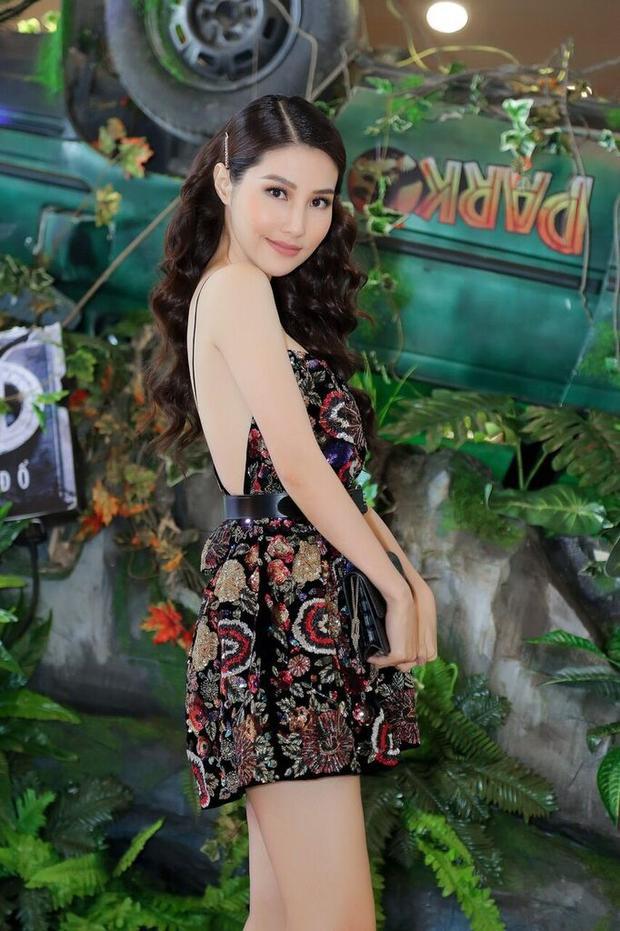 Chiếc váy gợi cảm, khoe trọn tấm lưng ong của nữ diễn viên nằm trong bộ sưu tập mùa xuân 2018 của hãng, trị giá hơn 300 triệu đồng với các hoạ tiết đính kết thủ công hoàn toàn.