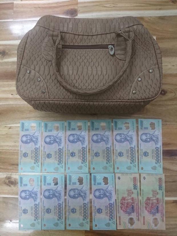 Chiếc túi xách đối tượng cướp giật được bên trong chứa hơn 5 triệu đồng.