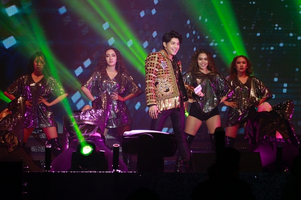 Màn trình diễn cùng vũ đạo đẹp mắt đã chiếm được cảm tình của hơn 5000 khán giả có mặt tại đây.
