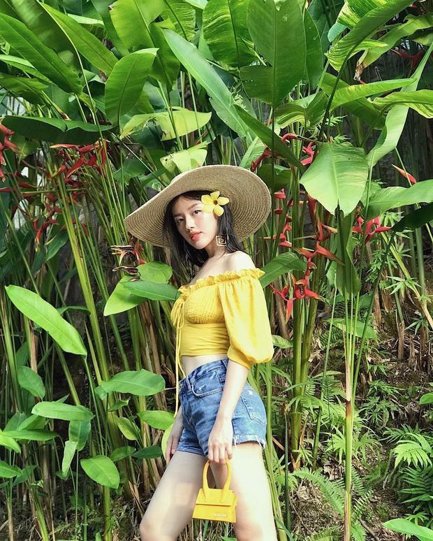 Với kích thước to tạo sự nổi bật cho người đội nên khi sử dụng chiếc nón này, Khánh Linh thường ăn diện thật đơn giản. Đặc biệt, những chiếc áo trễ, khoe bờ vai thon là item cô nàng thường xuyên diện.