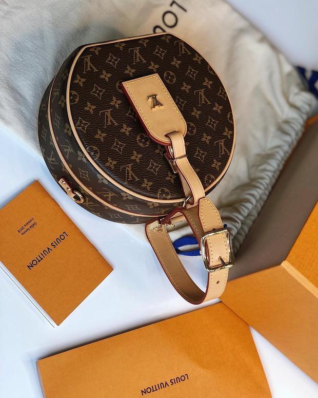 Túi dáng tròn biểu tượng quả trám của Louis Vuitton cũng được người đẹp tậu về.