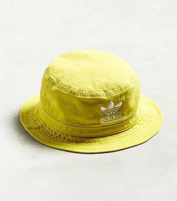 """Những chiếc nón bucket hat hay còn gọi là nón cái xô, nón """"bán vé số"""" từng gây sốt từ giữa năm 2016 được dự báo sẽ tiếp tục trở lại trong mùa hè 2018 này."""