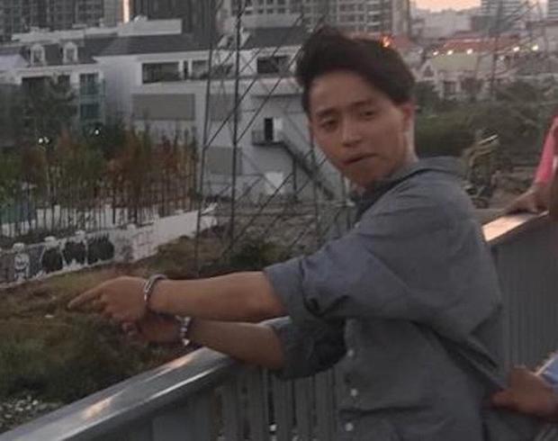 Công an đưa Lê Đăng Quang đi chỉ nơi vứt khẩu súng để thu hồi. Ảnh M.T