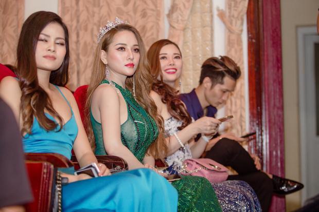 Ngồi ở hàng đầu tiên, Mon 2k nhanh chóng thu hút được sự chú ý bởi gương mặt trang điểm nhẹ cùng chiếc váy đuôi cá màu xanh có đính kim tuyến.