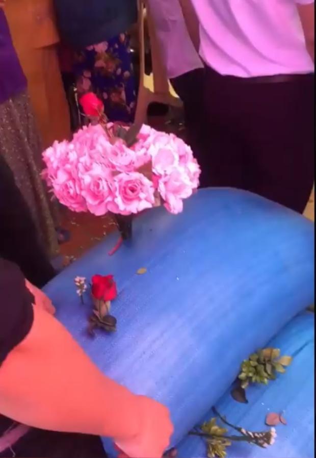 Hội bạn thân siêu lầy lội tặng quà cưới bằng 3 bao thóc