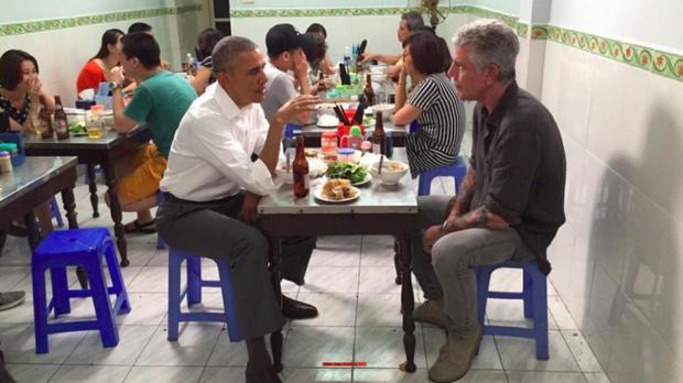 Ông Obama ngồi ăn bún chả cùng ông Bourdain tối 23/5/2016 tại Hà Nội. Ảnh: FBCN của ông Bourdain.