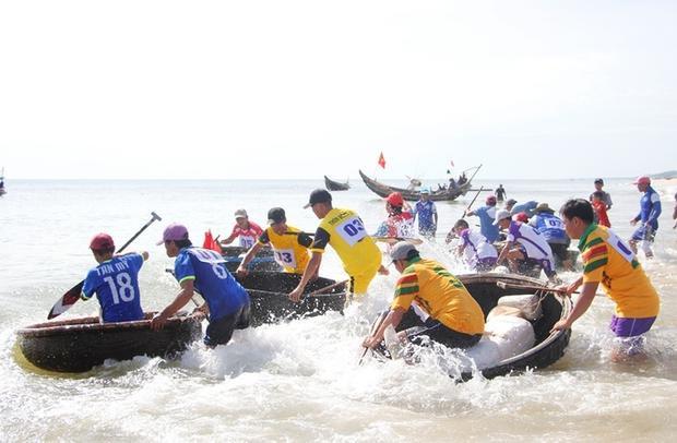 Tham gia giải có 8 đội đua đến từ hai xã Quảng Công, Quảng Ngạn (huyện Quảng Điền). Các vận động viên tranh tài đều là những ngư dân nhiều năm hành nghề đánh bắt thủy hải sản trên biển.