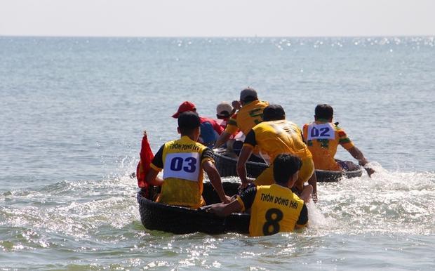 Mỗi thuyền có hai vận động viên điều khiển tranh tài trên đường đua dài 500 m theo 7 đội đua.