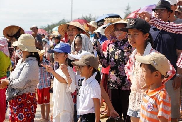 Hàng nghìn người dân vùng bãi ngang đội nắng theo dõi, cổ vũ giải đấu.