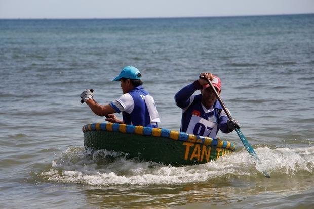 Hai ngư dân thôn Tân Thành (xã Quảng Công) phối hợp nhịp nhàng trên đường đua để về đích.