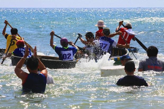 Trong tiếng reo hò cổ vũ của khán giả, người thân, các tay chèo cừ khôi biểu diễn kỹ năng chèo thuyền thúng, một phương tiện ra khơi quen thuộc của ngư dân vùng bãi ngang.