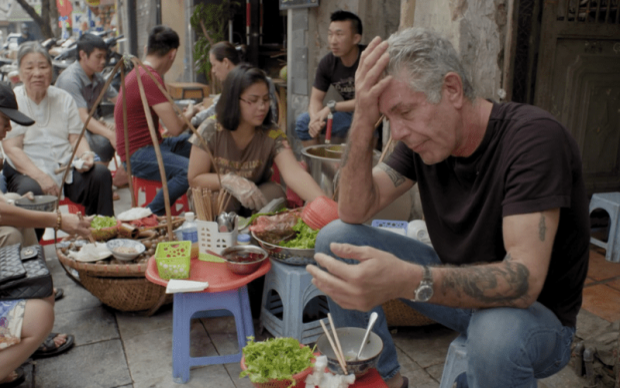 """Hình ảnh ôngBourdain thưởng thức món ăn vỉa hè Hà Nội trong tập đầu của mùa 8 chương trình """"Anthony Bourdain: Parts Unknown"""". Đầu bếp Mỹ đã đưa ẩm thực Việt Nam nói chung và món ăn đường phố Hà Nội nói riêng tới gần hơn với bạn bè quốc tế. Có lẽ, chẳng hề nói quá khi cho rằng, ôngBourdain là người sành sỏivăn hoá ẩm thực đường phố Việt Nam, không thua gì người bản địa."""