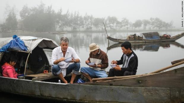 """Vị đầu bếp nổi tiếng của Mỹ ăn cùng ngư dân trên thuyền ở một khu chợ nổi ở thành phố Huế. Hình ảnh được phát sóng trong một tập của chương trình truyền hình""""Anthony Bourdain: Parts Unknown"""" năm 2014. Cũng trong kỳ phát sóng này, ẩm thực Việt làm """"say lòng"""" vị đầu bếp nổi tiếng. ÔngBourdainđặc biệt ấn tượng với ẩm thực Huế, với bún bò, cơm hến, bánh bèo, bánh bột lọc… Ông thích thú với ẩm thực đường phố và những hàng quán bình dân nơi đây."""