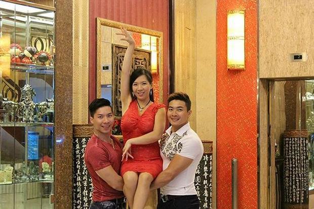 Ba chị em họ Giang từng đi lưu diễn ở nhiều nơi.