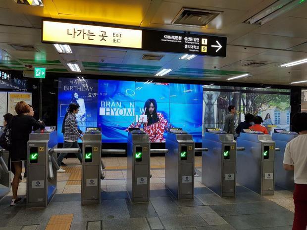 Một bảng LED lớn được đặt tại ga tàu điện.
