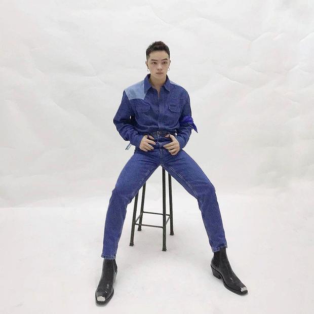 Set đồ jeans một màu của Kelbin chắc chắn chẳng thể đẹp như vậy nếu thiếu sự có mặt của đôi boots mũi kim loại.