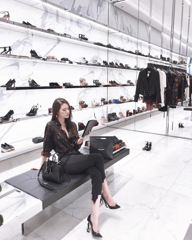 """Bộ cánh đơn giản nhưng khi mix cùng đôi cao gót YSL sang chảnh kia, Jolie Nguyễn thật sự biết cách khiến fan hâm mộ """"lóa mắt""""."""