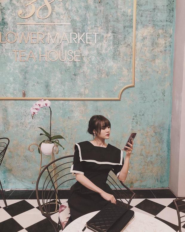"""""""Ngọc nữ mới của làng điện ảnh"""" - Ninh Dương Lan Ngọc lựa chọn chiếc váy đen có các chi tiết viền trắng khi xuống phố cà phê cùng bạn bè."""