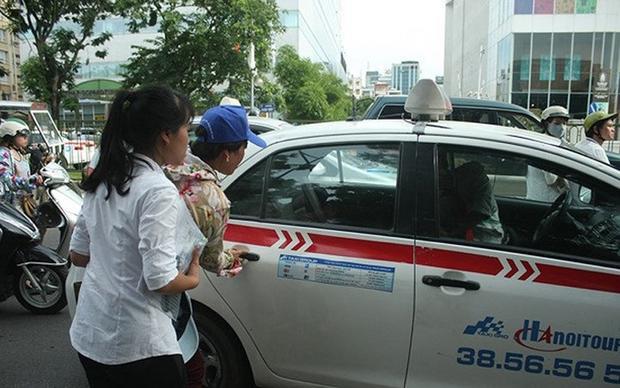 Nhiều hãng taxi cũng kiếm bộn trong những ngày diễn ra kỳ thi. (Ảnh: Zing)