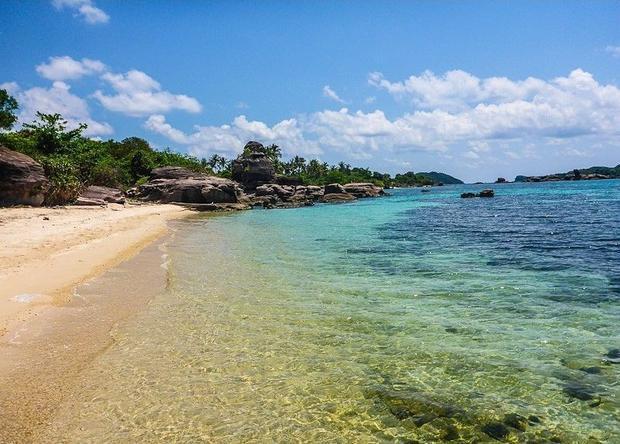 Hòn Gầm Ghì nổi bật giữa biển nước xanh như một viên ngọc đẹp. Ảnh: @tamdanggg