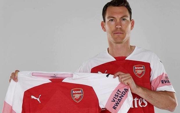 Trước đó, Arsenal đã có được sự phục vụ của Stephan Lichsteiner từ Juventus