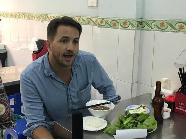 Anh Marc (người Mỹ) ghé tới quán bún chả ông Anthony Bourdain từng ăn khi biết tin vị đầu bếp nổi tiếng này qua đời.