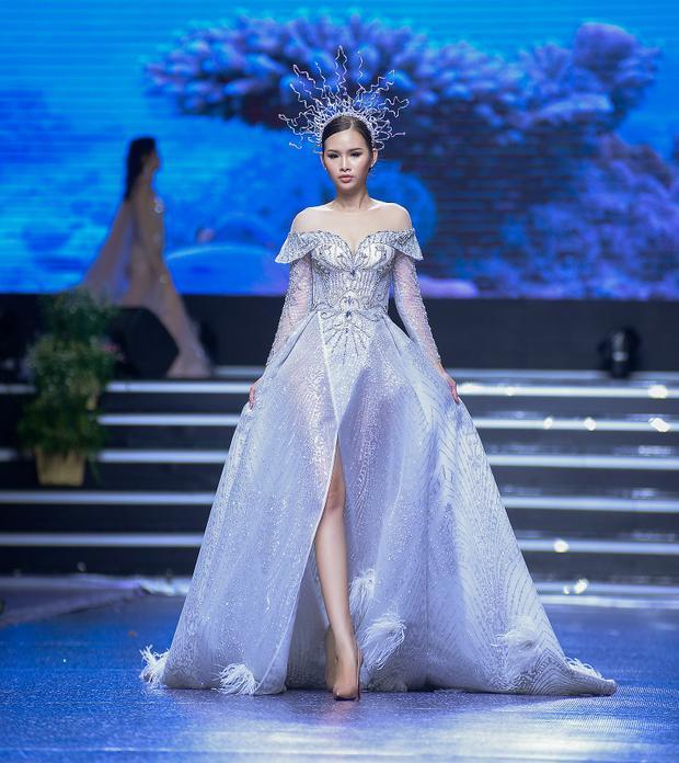 Á hậu có vòng ba 1 mét tự tin sải bước chuyên nghiệp thể hiện đúng thông điệp của bộ sưu tập thời trang lần này.