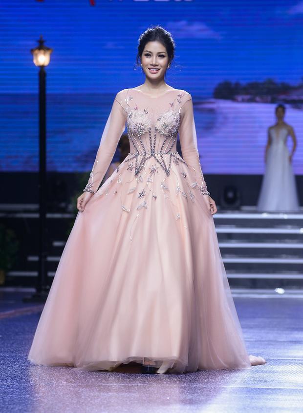 Thông qua BST cưới lần này NTK Việt muốn mang đến một hình ảnh mới cho các cô dâu trong ngày cưới vừa nhẹ nhàng như một cơn gió nhưng cũng rất mạnh mẽ, quyết liệt trong tình yêu.