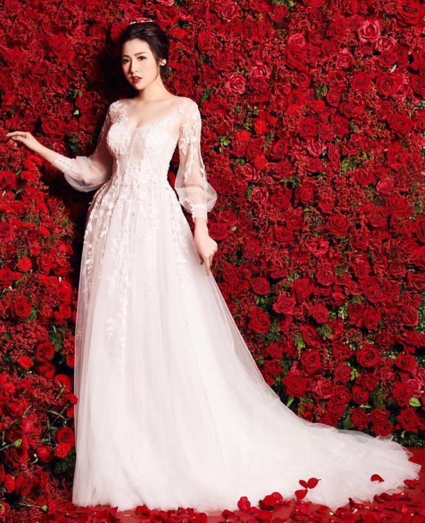 Tin đồn Á hậu Tú Anh sắp kết hôn hiện đã lan truyền mạnh mẽ trong cộng đồng mạng.