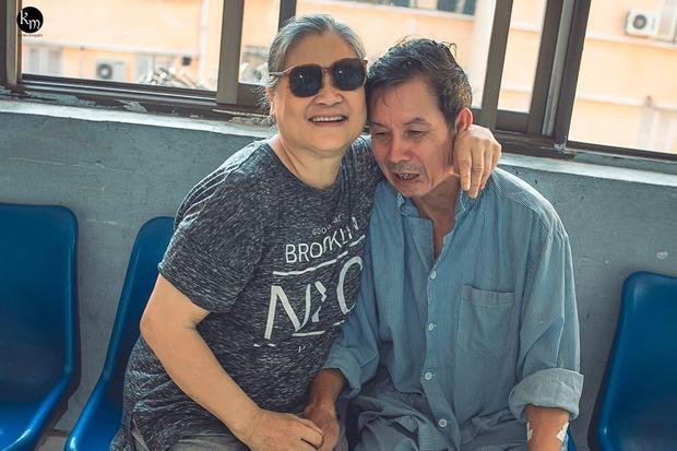 Khoảnh khắc xúc động của cặp vợ chồng già.
