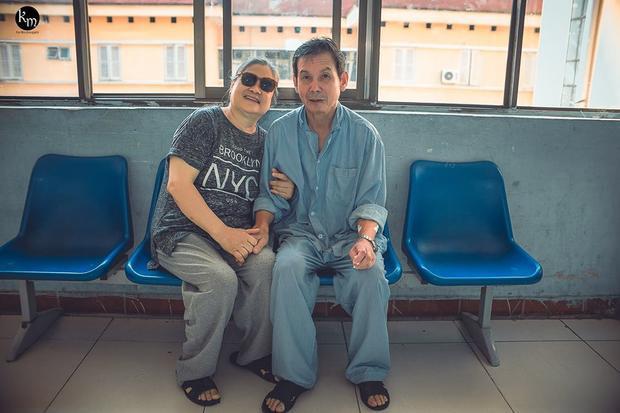 Bộ ảnh chồng nằm thở bình oxy vẫn cố chăm sóc người vợ mù hàng ngày ở bên động viên khiến nhiều người cay mắt