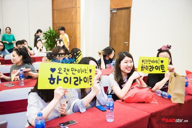 Fan chuẩn bị banner và có mặt tại địa điểm tổ chức fan-meeting từ sớm.