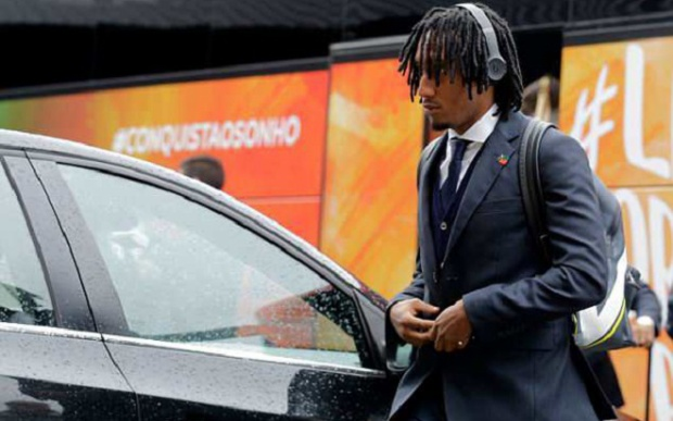 Tiền đạo Gelson Martins tranh thủ nghe nhạc trên đường ra phi trường.