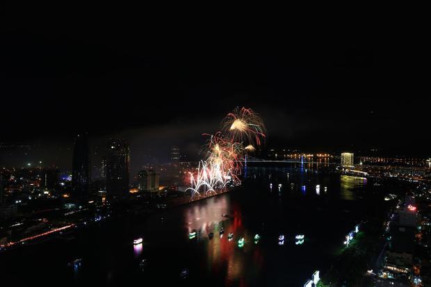"""Người dân và du khách ở TP Đà Nẵng đã được thưởng thức một """"đại tiệc pháo hoa"""" vô cùng mãn nhãn…"""
