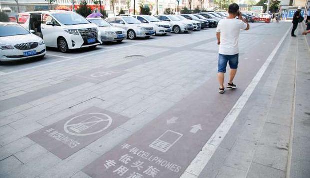 Trung Quốc xây hẳn làn đường đi bộ chỉ dành riêng cho những người nghiện smartphone