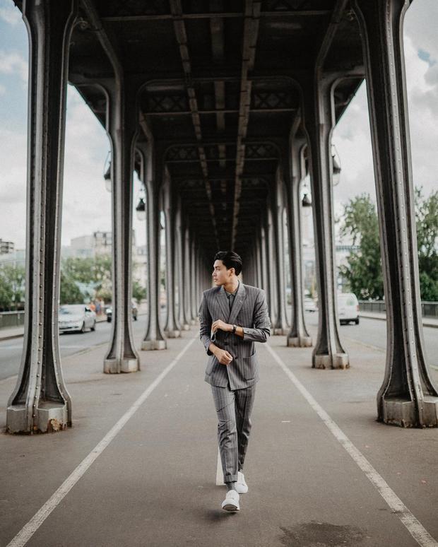 Người mẫu Quang Đại đem đến gợi ý cho các chàng trai bằng cây vest sọc tạo cảm giác lịch lãm nhưng vẫn hết sức trẻ trung nhờ cách phối cùng giày sneaker.