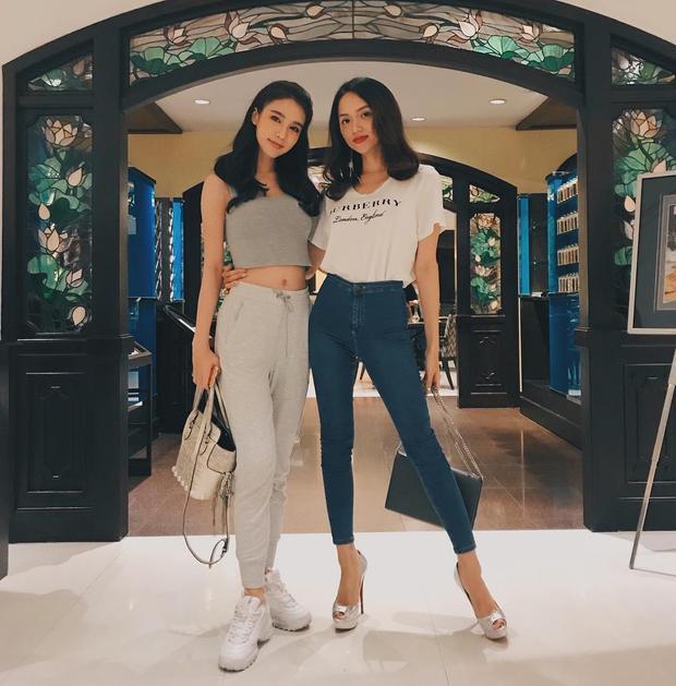 """Hoa hậu Hương Giang """"đọ dáng"""" cùng người đẹp chuyển giới Thái Lan trong bộ cánh đơn giản gồm áo phông Burberry và quần jeans ôm sát."""
