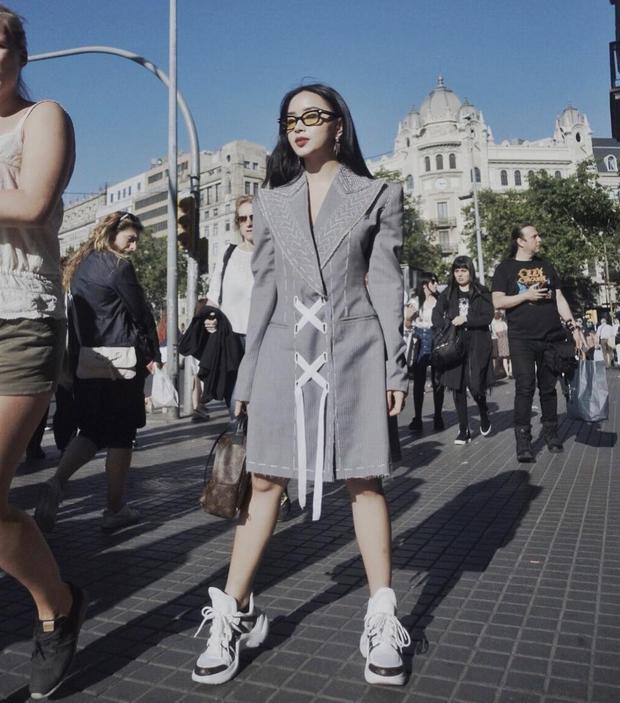 """Châu Bùi chứng tỏ gu ăn mặc thời thượng với chiếc váy vai độn cá tính. Nàng fashionista còn khiến fan hâm mộ ghen tỵ khi khoe đôi giày Louis Vuitton Archlight đang gây """"sốt""""."""