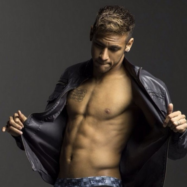 Sở hữu chiều cao lí tưởng, 1m75 và thân hình chuẩn 6 múi, Neymar thu hút một lượng lớn fan nữ.