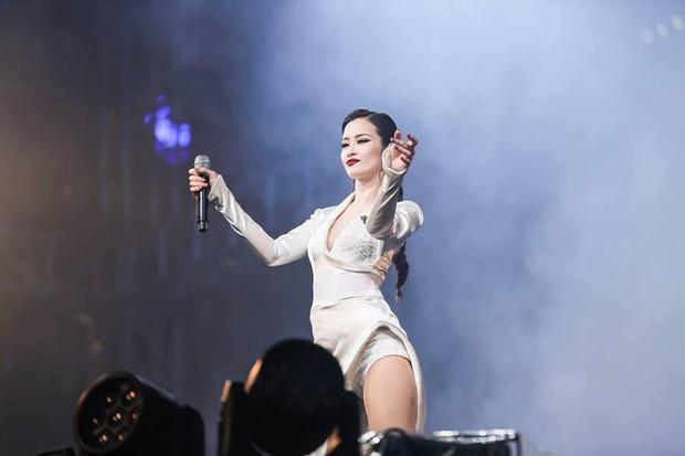 Cô mang tới chương trình loạt hit đình đám của mình như Cô Ba Sài Gòn, Boom Boom hay Xin anh đừng…