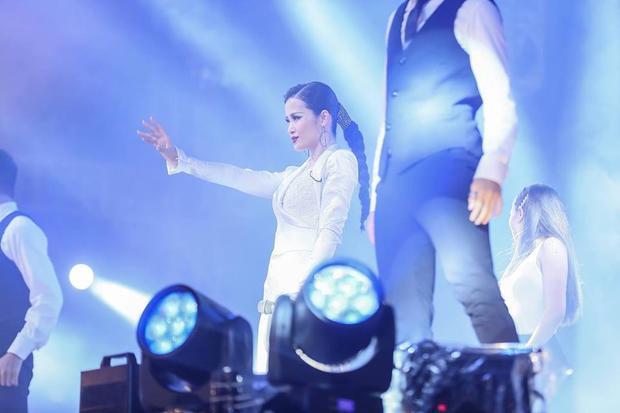 """Từng phần biểu diễn sôi động cùng vũ đạo cuốn hút từ Đông Nhi khiến khán giả trở nên """"vỡ òa""""."""