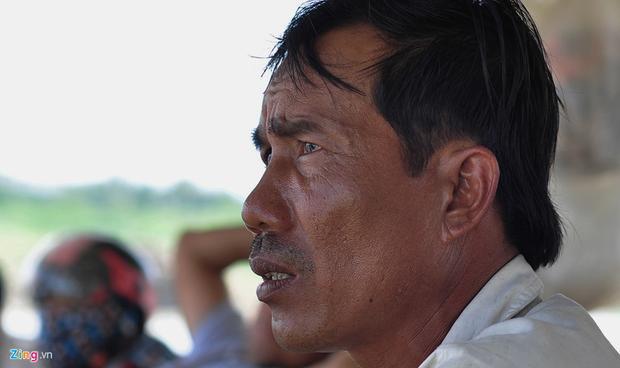 """Ngư dân Trần Văn Lành nhìn ra sông với ánh mắt buồn phiền. Ông không tin cá chết do thiên tai mà do một nguồn xả thải nào đó. Ông tâm sự: """"Tôi nuôi cá từ năm 1992 đến nay, chưa bao giờ thấy cá chết nhiều như vậy""""."""