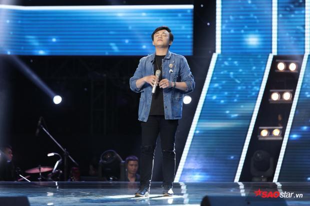 Minh Tân còn chia sẻ, đây là lần đầu tiên anh chàng đứng trên một sân khấu lớn như The Voice.