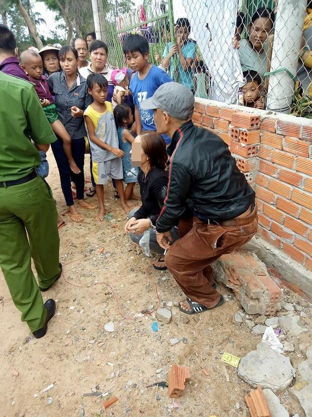 Hình ảnh người dân vây bắt 2 vợ chồng đi bốc thuốc.