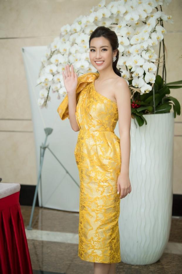 Trang phục giản dị nhưng Mỹ Linh vẫn tự tin, rạng rỡ.Hoa hậu Mỹ Linh chia sẻ cô yêu thích những trang phục sang trọng nhưng vẫn tôn lên được sự nhẹ nhàng, thanh thoát, phù hợp với sự trẻ trung của mình.