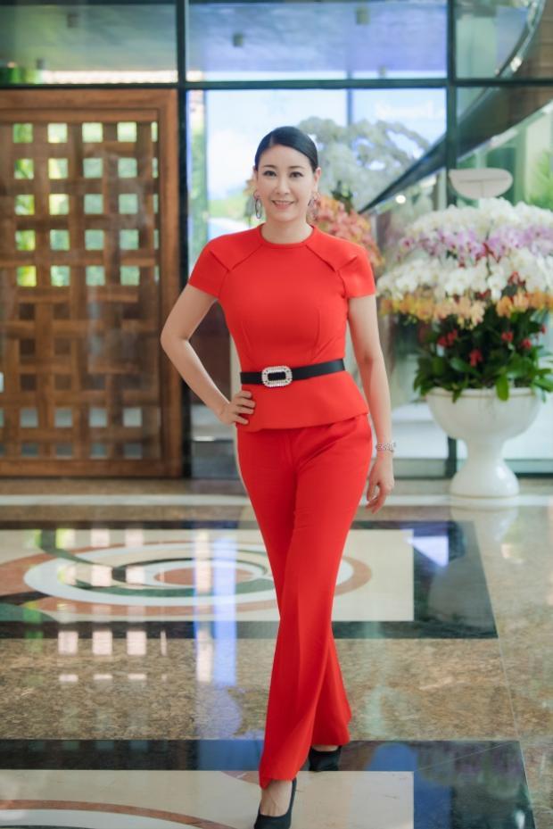 Hà Kiều Anh diện bộ trang phục màu đỏ sang trọng và nổi bật ở tuổi 42. Cô hào hứng khi lần đầu chấm thi Hoa hậu Việt Nam.Sau nhiều năm đăng quang Hoa hậu Việt Nam, Hà Kiều Anh vẫn sở hữu nhan sắc mặn mà đáng ngưỡng mộ.