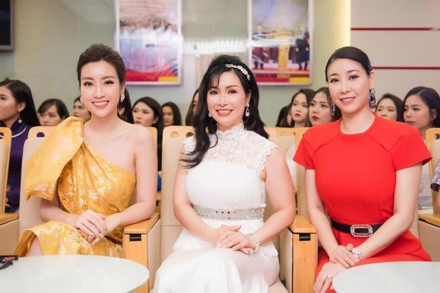 Ba thế hệ Hoa hậu Việt Nam đọ sắc cùng nhau trên hàng ghế giám khảo. Họ sẽ cùng nhà sử học Dương Trung Quốc, nhà thơ Trần Hữu Việt, nhà thiết kế Lê Thanh Hòa theo sát và lựa chọn thí sinh xứng đáng nhất.