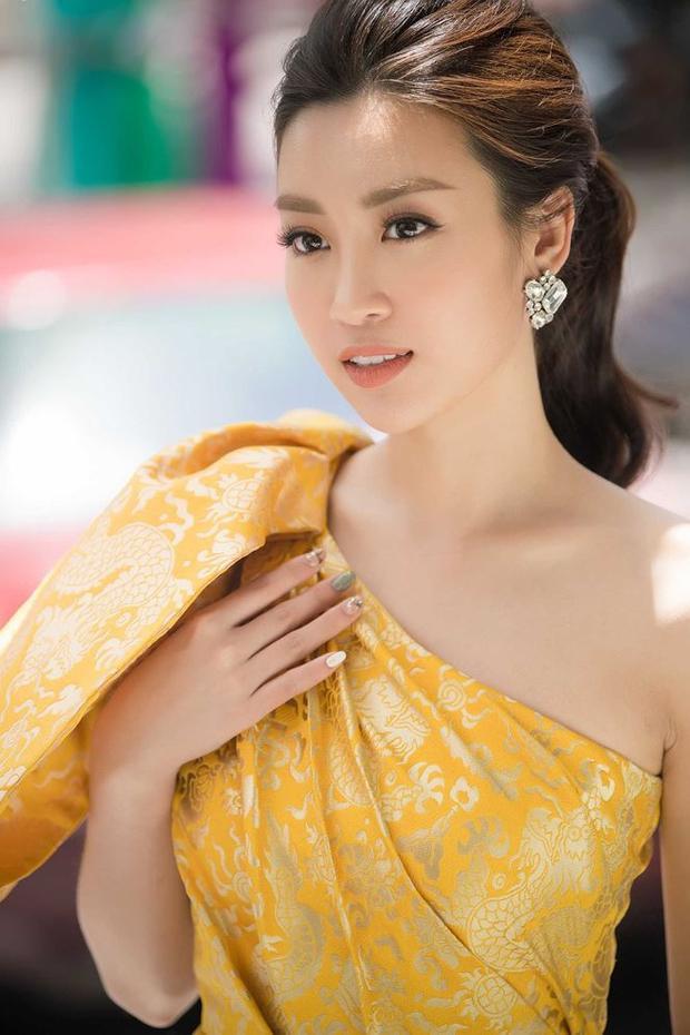 Bên cạnh đó, Miss World Vietnam 2017 chọn tông trang điểm nền nã nhẹ nhàng.So với khi đăng quang, Hoa hậu ngày càng ấn tượng bởi vẻ tự tin và trưởng thành nổi trội.